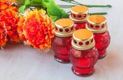 Lanterna da memória com velas e ramo de flores artificiais sobre Foto de Stock Royalty Free