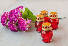 Lanterna da memória com velas e ramo de flores artificiais sobre Imagens de Stock Royalty Free