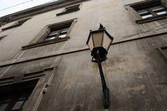 Lanterna da rua do vintage no estilo retro na parede resistida da casa histórica velha Imagem de Stock Royalty Free