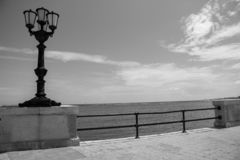 Lanterna da rua do vintage no litoral preto e branco Passeio à beira mar com monochrome da lâmpada de rua Iluminação do litoral imagem de stock royalty free