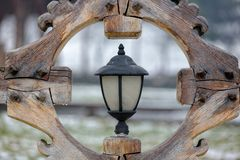 Lanterna da rua em um quadro de madeira imagem de stock royalty free