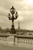 Lanterna da rua sobre em Paris, imagem do sepia. Fotografia de Stock Royalty Free