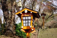 Lanterna da tradição feita da madeira no templo japonês fotografia de stock royalty free