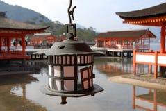 Lanterna de cobre da vela no santuário de Itsukushima imagem de stock
