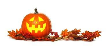 Lanterna de Dia das Bruxas Jack o com beira da folha do outono sobre o branco Imagens de Stock