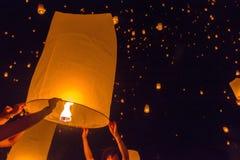 Lanterna de flutuação Blurred ou festival de Yeepeng na província de Chaingmai Imagens de Stock