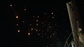 Lanterna de flutuação do fogo durante o festival loy do krathong video estoque