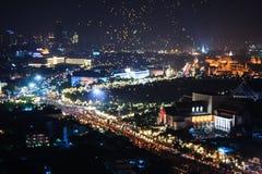 A lanterna de flutuação do voo balloons na noite em Banguecoque, festival 2006, Tailândia do ano novo Fotografia de Stock Royalty Free