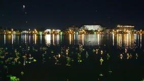Lanterna de Loy Kratong Festival e do céu comemorada em Tailândia video estoque