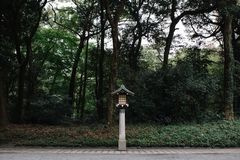 Lanterna de madeira do estilo japonês com as árvores no fundo imagens de stock royalty free