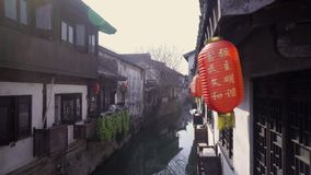 A lanterna de papel chinesa que balança no vento na cidade velha de Nanxiang e prefigura o começo do ano novo vídeos de arquivo