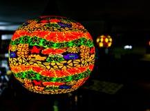 Lanterna de papel e luzes asiáticas em uma loja Fotografia de Stock Royalty Free