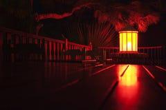 A lanterna de papel iluminou-se na noite no café da rua. Imagem de Stock Royalty Free