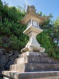 Lanterna de pedra na ilha de Itsukushima, Japão fotos de stock royalty free