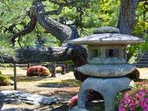 Lanterna de pedra no jardim Fotos de Stock Royalty Free