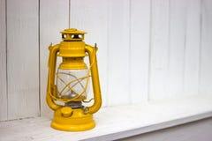 Lanterna de querosene amarela do vintage, no fundo branco fotos de stock royalty free