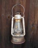 Lanterna de querosene de suspensão velha na parede. Foto de Stock