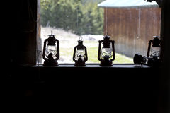 Lanterna de querosene no peitoril da janela Fotos de Stock Royalty Free