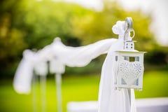 Lanterna de suspensão exterior belamente decorada do casamento Decoração do casamento imagens de stock