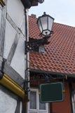 Lanterna decorativa do ferro fundido e um sinal na parede foto de stock royalty free