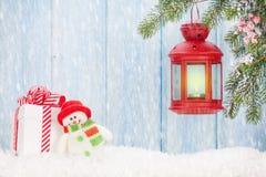 Lanterna della candela di Natale, contenitore di regalo e pupazzo di neve Immagine Stock