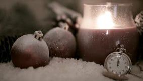 Lanterna della candela, palle di natale ed orologio archivi video