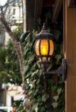 Lanterna della parete nel giardino Decorazione nel giardino fotografia stock