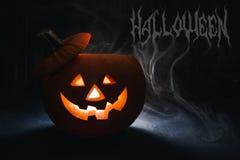 Lanterna della presa della testa della zucca di Halloween su fondo di legno Fotografie Stock