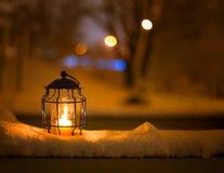 Lanterna di Art Christmas con le precipitazioni nevose fotografia stock libera da diritti