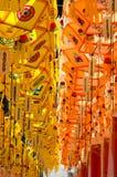 Lanterna di carta di Youngdeung che appende con le etichette arancio e gialle Fotografie Stock