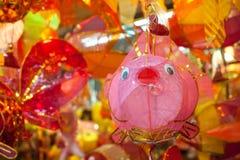 lanterna di carta a forma di pesce che appende in un negozio del giocattolo di Hong Kong Fotografia Stock