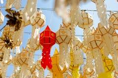 Lanterna di carta: Il festival dei fiumi nel Nord della Tailandia che per fare offerta a Buddha fotografie stock libere da diritti