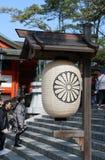 Lanterna di carta di stile giapponese e dell'albero con il fondo del cielo blu nel santuario shintoista di Fushimi Inari Taisha fotografia stock