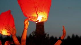 Lanterna di galleggiamento del cielo stock footage