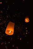 Lanterna di galleggiamento delle coppie Fotografie Stock Libere da Diritti