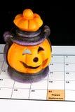 Lanterna di Halloween sul calendario Fotografia Stock