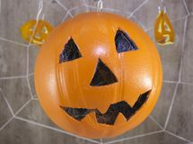 Lanterna di Jack per Halloween di una pallacanestro su un fondo di legno con le ragnatele fotografia stock libera da diritti