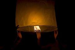 Lanterna di lancio per due persone alla notte Fotografia Stock