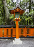 Lanterna di legno arancio ornamentale ad un santuario shintoista giapponese Fotografia Stock