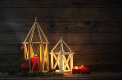 Lanterna di legno su vecchio fondo rustico Immagine Stock