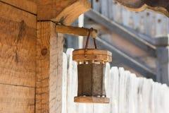 Lanterna di legno sulla casa antica dalle barre dell'albero nello stile etnico Fotografia Stock