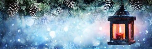 Lanterna di Natale che appende ai rami dell'abete fotografia stock