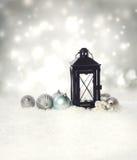 Lanterna di Natale con gli ornamenti immagine stock