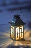Lanterna di natale su neve Fotografie Stock