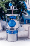 Lanterna di Natale sul pavimento di legno bianco con la palla blu di Natale fotografia stock libera da diritti