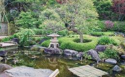 Lanterna di pietra antica in parco giapponese Fotografie Stock Libere da Diritti