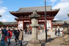 Lanterna di pietra davanti alla seconda entrata di legno antica dell'arco del tempio di Todaiji Fotografie Stock Libere da Diritti