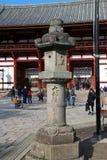 Lanterna di pietra davanti alla seconda entrata di legno antica dell'arco del tempio di Todaiji Immagini Stock