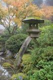 Lanterna di pietra in giardino giapponese Fotografie Stock