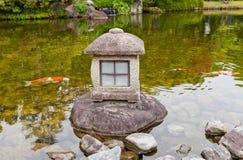 Lanterna di pietra nel giardino di Kokoen vicino al castello di Himeji, Giappone Fotografia Stock Libera da Diritti